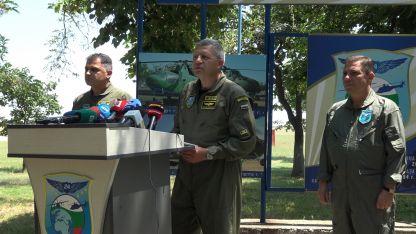 Брифинг на началник ВВС ген. Цанко Стойков (в средата) в авиобаза Крумово