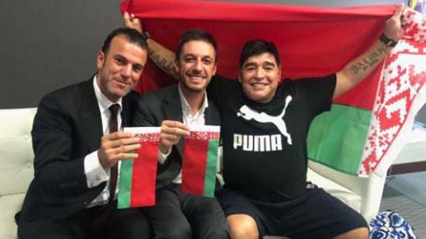 Марадона позира с беларуското знаме
