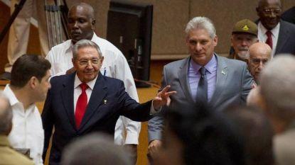 Мигел Диас-Канел (вдясно) пое поста президент на Куба от Раул Кастро (вляво).