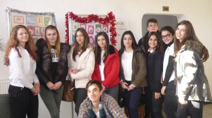 Част от учениците в Смолянската езикова гимназия, които в свободното си време като хоби изработват ръчно везани картички за празниците.