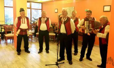Джевдет Купенов с мъжката певческа група от с. Дебрен