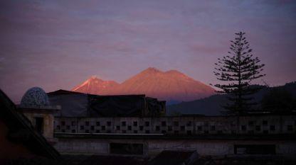 Изглед към вулкана Фуего от град Ла Антигуа.
