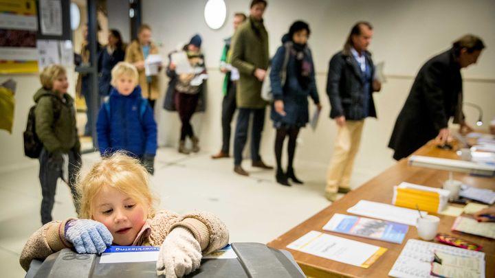 Холандците гласуваха в сряда на референдум за новия закон, но и за общински съветници.