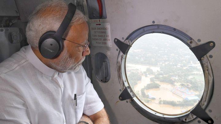 Индийският премиер Нарендра Моди огледа от въздуха наводнени райони в щата Керала и обеща незабавна помощ от $75 млн.