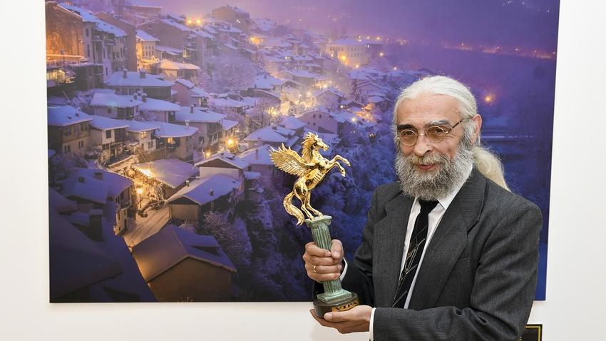 """Генчо Петков с престижната статуетка """"Златен Voubs"""""""