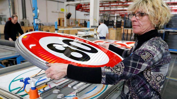 Производството на пътните знаци за новото ограничение за скоростта започна още през януари.
