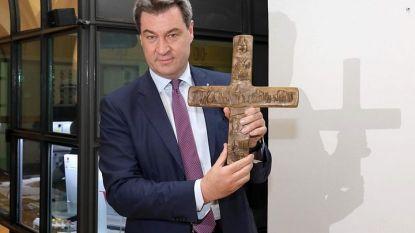 Премиерът на Бавария Маркус Зьодер поставя кръст във фоайето на сградата на провинциалното правителството в Мюнхен.