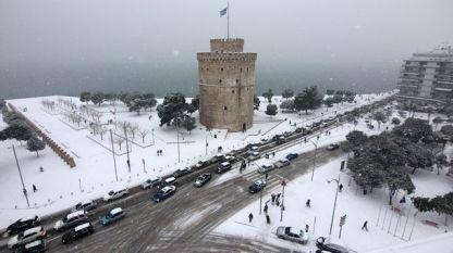 Сняг затрудни движението в Солун