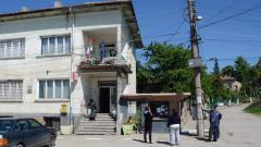 Пред кметството в Буковец