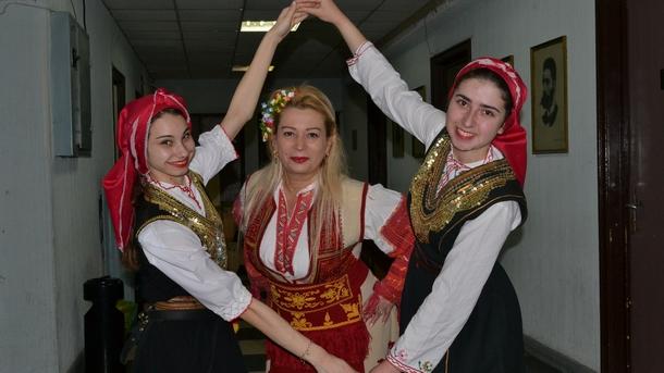 Анелия Торошанова и момичетата от ансамбъла