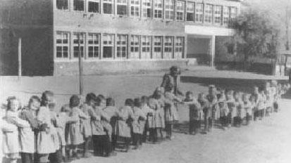 През 1946 г. вече има лятна забавачница в училището, снимка: http://oupetarparchevich.hit.bg