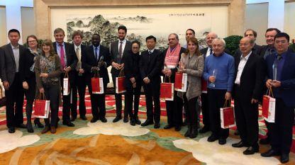 """Водещата на """"Артефир"""" Невена Праматарова (четвъртата на първия ред от дясно на ляво), автор на рубриката за китайска култура """"По-близо до Китай"""", и чуждестранните коментатори на РКЧ на церемонията по награждаването в кметството на Хъфей, столица на провинция Анхуей"""