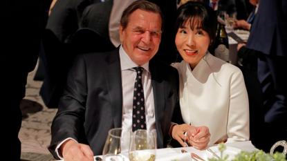 Герхард Шрьодер и южнокорейската му годеница Ким Со-ън на вечеря в Пьончан преди откриването на зимната олимпиада в Южна Корея през февруари 2018 г.
