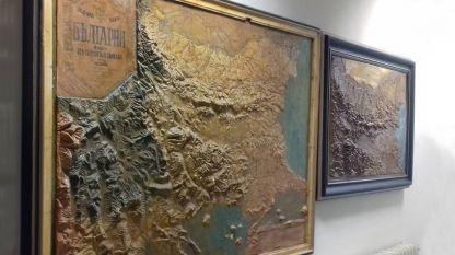 Релефни карти от началото на миналия век. Картата в дясно е първата на Княжество България, одобрена от Министерството на просвещението за учебни цели.