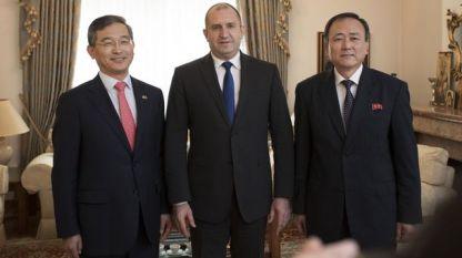 Президентът Румен Радев с посланиците на Южна Корея и Северна Корея.