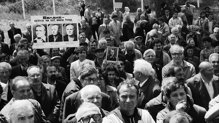 Primer homenaje a las víctimas del campo de concentración de Belene en 1990