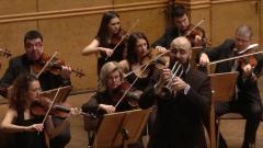 Тромпетистът Петър Македонски (в средата) и Симфоничният оркестър на БНР