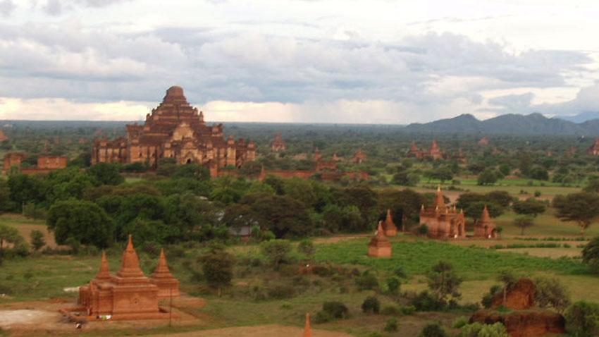Хиляди храмове са разпръснати в долината около Баган, Бирма