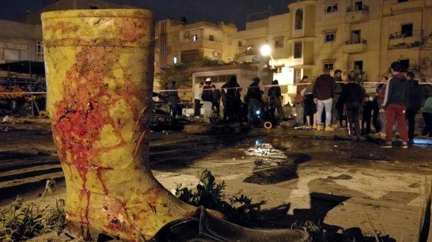 Окървавен ботуш се вижда на мястото в Бенгази, където бяха взривени две коли бомби.