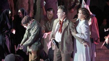 Анна Нетребко (Леонора) и Роберто Аланя (Манрико) в сцена от спектакъла