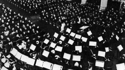 Ленинград, 9 август 1942 г., Симфоничният оркестър на Радиокомитета на Ленинград с диригент Карл Елиасберг изпълнява Седмата симфония от Дмитрий Шостакович.