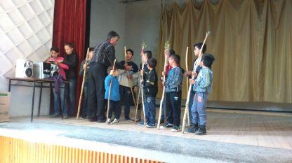 Детската фолклорна група репетира в читалището