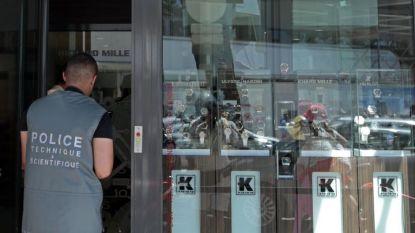 Френски криминолози изследват бижутерски магазин в Кан, където бе извършен обир през 2013 г.