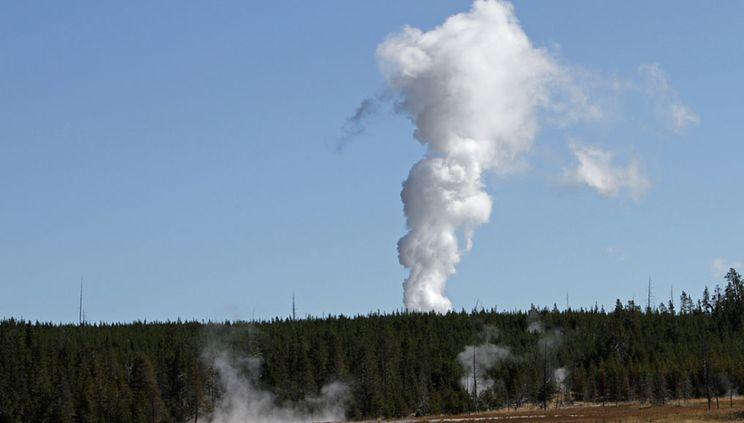 Гейзерът Стиймбот в Йелостоунския национален парк на САЩ е изригнал