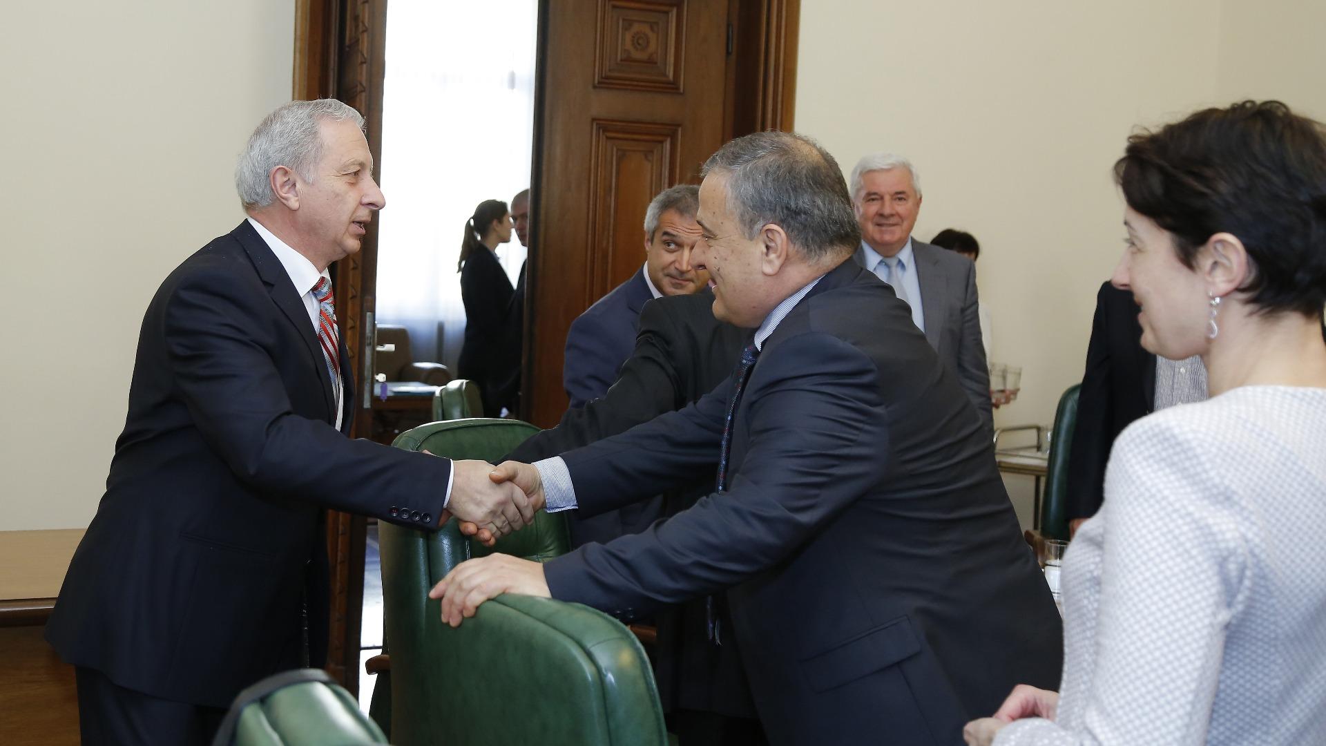 Премиерът Огнян Герджиков на срещата с представители на АОБР