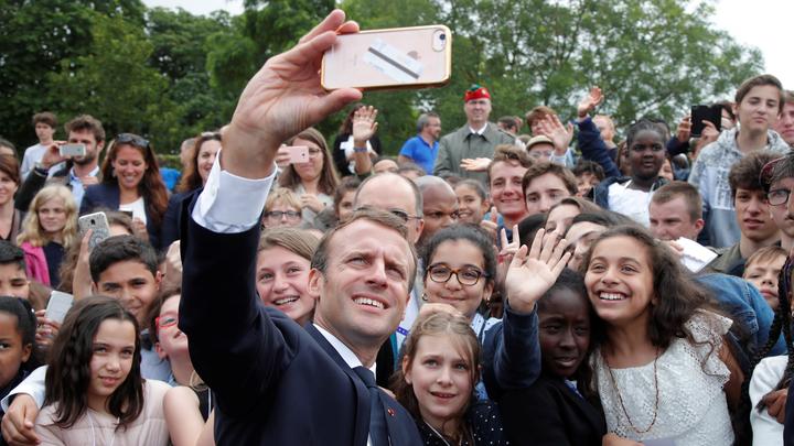 Еманюел Макрон на церемонията край Париж вчера, на която се скара на тийнейджър.
