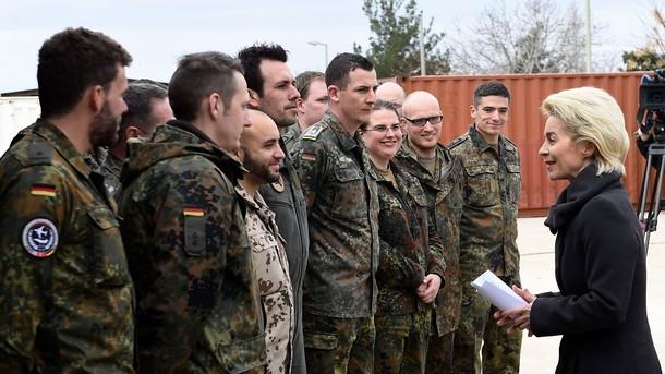 Федералният министър на отбраната Урсула Фон Дер Лайен на посещение на германски военни в