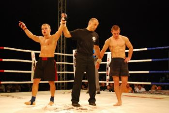Веселин Иванов (вляво) често печели на ринга и тепиха