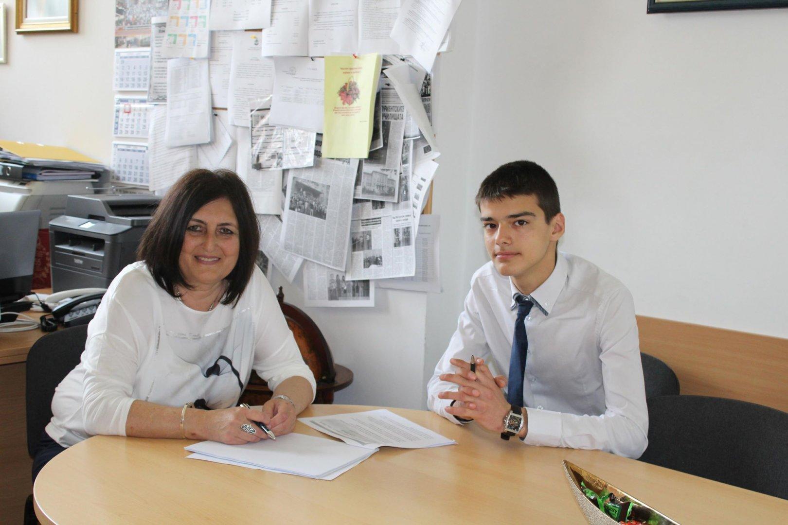 основният пилот Велин Георгиев и директорката на гимназията Роза Желева