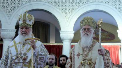 Руският патриарх Кирил (вляво) и албанският архиепископ Анастасий на литургията в Тирана.