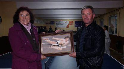 Йорданка Благоева с учителя от село Кочан Динко Кумбаров, който ѝ подари нейн портрет в мига на поставянето на световния ѝ рекорд, нарисуван... с пясък.