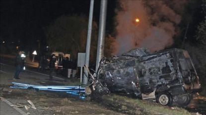 Овъгленият след катастрофата в Източна Турция микробус, който возел над 50 души вместо предвидените 14.