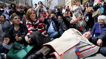 Седяща стачка срещу удължаване на извънредното положение