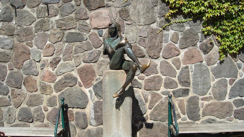 Бронзова скулптура на Тил Уленшпигел в Шлезвиг Холщайн, Германия.