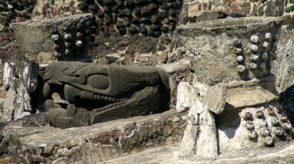 Скулптура на змия от главния храм на ацтеките в столицата им Теночтитлан.