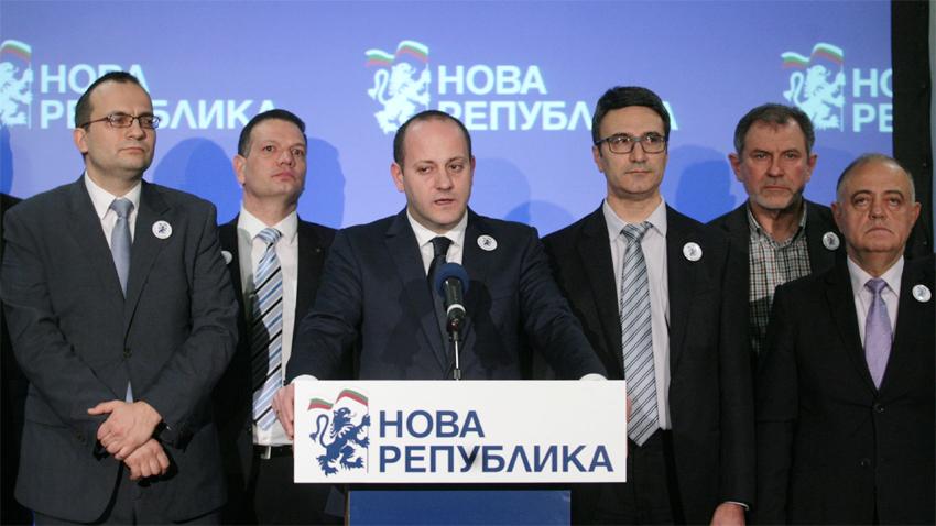 """Радан Кънев говори на брифинга след учредяването на платформата """"Нова република"""""""