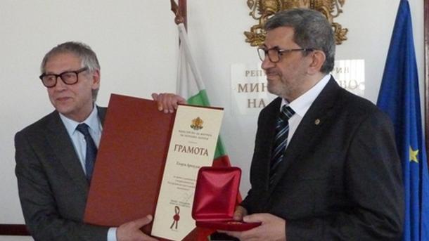 Министърът на културата Рашко Младенов връчва наградата на доц. д-р Георги Арнаудов