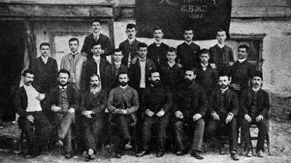 Учители и ученици от Солунската гимназия през 1888-1889 учебна година. Григор Пърличев е третият седнал отляво надясно.
