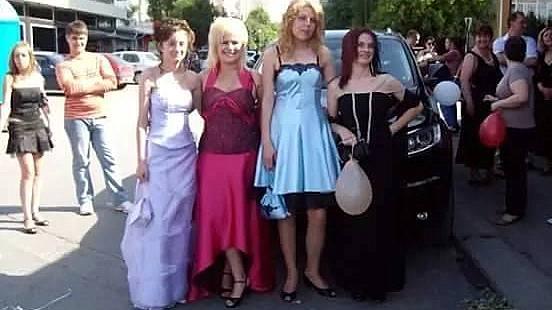 Юлия Георгиева с приятелки на своя бал