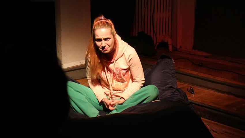 Актрисата Боряна Пенева се превъплъщава в ролята на детето, учителката и майката