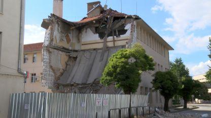 Срутената стена от сградата на Природо-математическата гимназия в Казанлък