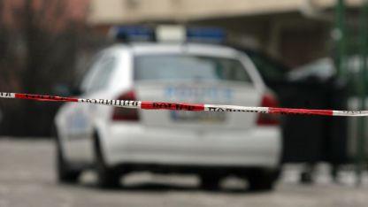 Районът около дома на нападателя в село Манастирище, община Хайредин, област Враца, е блокиран от полиция.