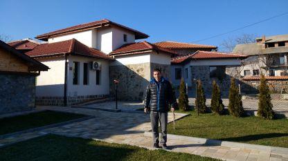 Добри Хубенов в двора на къщата за гости в село Горно Брястово, Хасковска област.