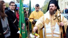 Епископ Поликарп Белоградчишки освещава знамената на видинските училища на Димитровден- духовния празник на Видин, 26 октомври 2014 година