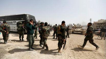 Сирийски войници в покрайнините на град Харастра в Източна Гута преди старта на евакуацията на бунтовници и техни семейства.