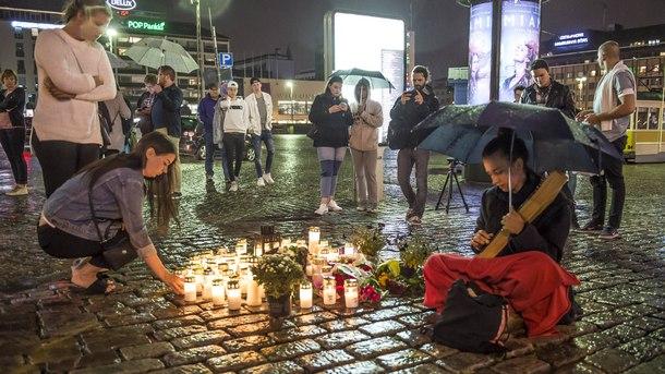 Опечалени положиха свещи и цветя за жертвите на нападението в Турку
